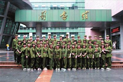 同学们拍摄的军装毕业照。唐涛供图