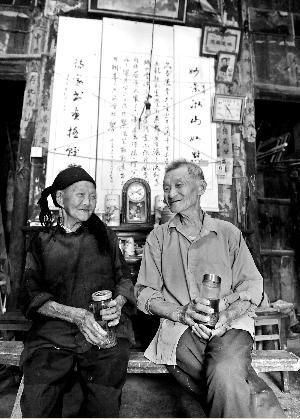 老宅被两位耄耋老人布置得很有文化氛围。