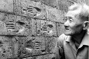 """与""""手印""""朝夕相处了84年的郎炳怀,对""""手印""""有着特别的情感。"""