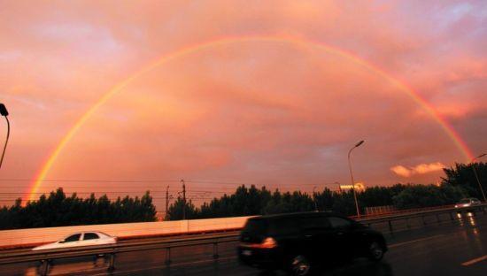 美丽的彩虹挂天空