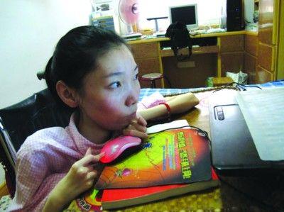 脑瘫女孩刘�Z在不断地创造奇迹