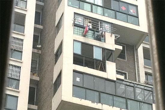阳台没有防护设施,乐乐就是从这里掉下去的。