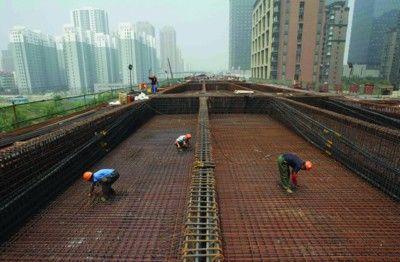 工人在铜陵路高架施工