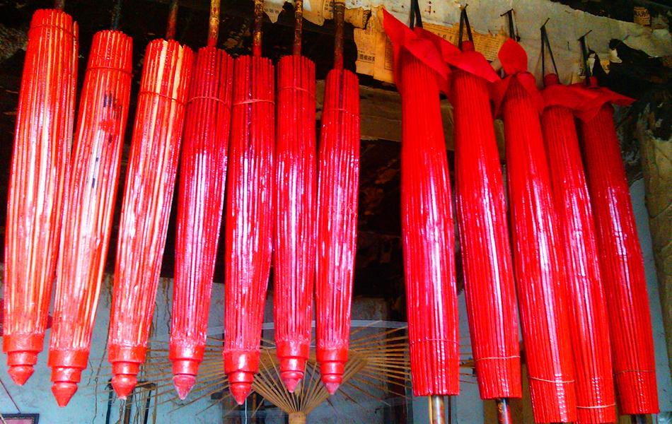 红红的油纸伞(图片来自:六安人论坛)