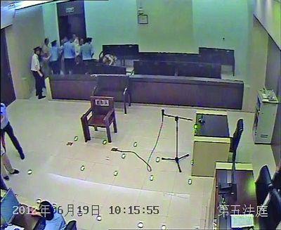 妻子闯进法院撞椅自残。录像截图由法院提供
