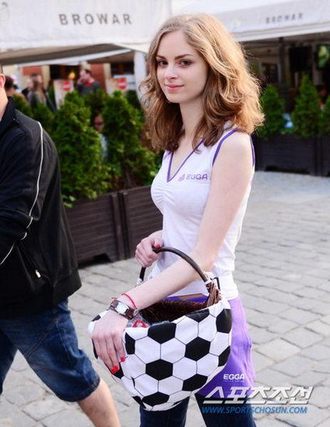 波兰女孩欧洲杯场外做兼职被誉为最美女孩