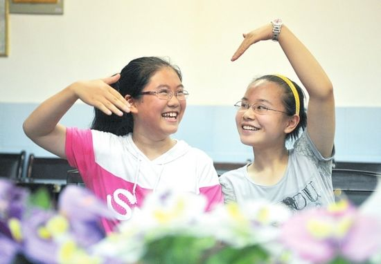 合肥市四十八中的周凯�h(右)和吴江姗姗(左)分别获得了775分、773分的好成绩。