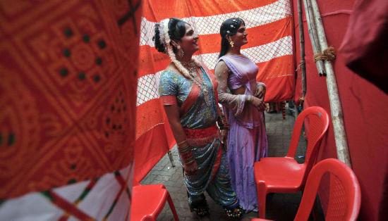 印度孟买红灯区,两名性工作者准备登台演出。