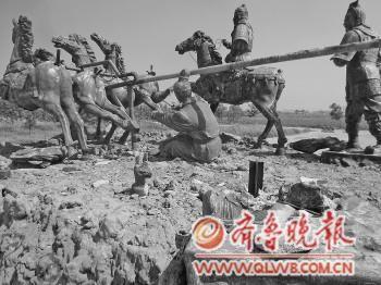 """""""始皇东巡""""群雕中的马失前蹄、车夫坠地、始皇失踪。"""