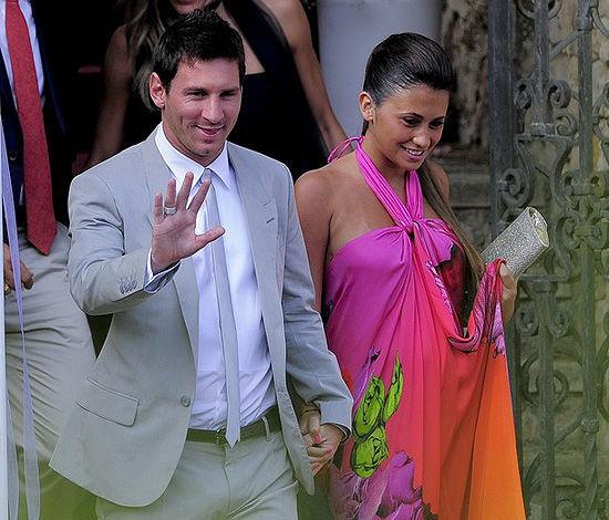 梅西已经在右手无名指上戴上了戒指,他和安东内拉的婚礼也不远了