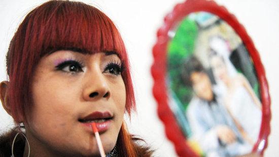 """楚楚(化名)1975年,出生在亳州市涡阳县一个民间艺人的家庭里,家里有五个姐姐,只有他一个男孩。由于父亲去世早,楚楚从小就和母亲、姐姐一起在农村唱戏为生。楚楚说,从记事起就感觉自己是个女孩,好打扮,喜欢穿花衣服,20多岁时在江苏南京看到有艺人演出,他便有了想做变性人的想法。27岁那年,他瞒着家人在河南郑州做了隆胸手术,第二年花了十多万元在泰国做了变性手术。楚楚的变性手术很成功,使他变成了一个""""女人""""。张延林/CFP"""