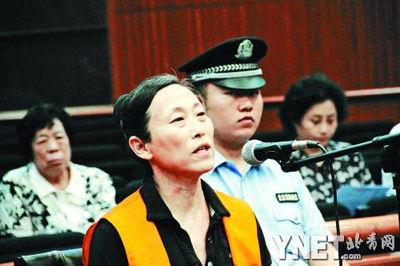 昨日,北京华风气象影视信息集团原总经理石永怡因涉贪110万元,在一中院受审。她在庭审现场几度痛哭,表示悔过。通讯员李佳张笑铭摄
