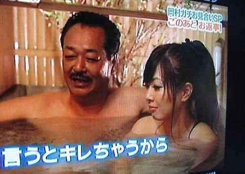 日本女儿陪父亲洗澡