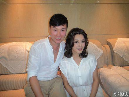刘晓庆11日晚发布合照被指走光,后删掉重新发布