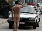 合肥男子当街全裸砸20辆车