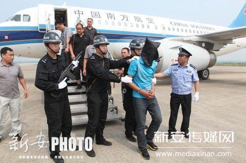 嫌疑犯被带下飞机