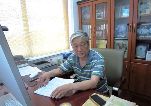 昨日,章必功在自己的办公室内接受了记者采访。