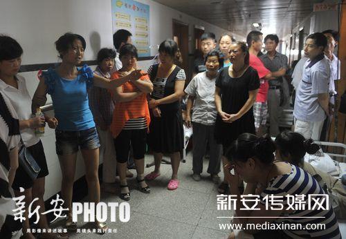 老人潘学庭在营救中不幸身亡,大家来看他最后一面。