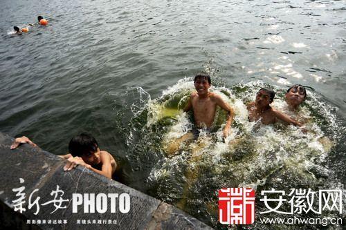 几名年轻人正在游泳消暑。