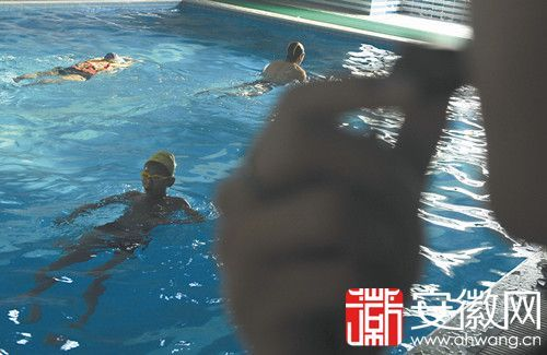 昨日,在合肥一家游泳馆,工作人员吹口哨提醒注意安全。