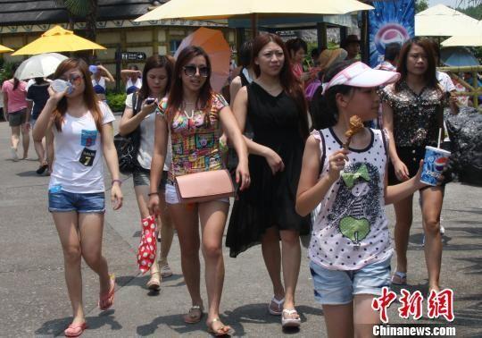 成年女性着38厘米以下短裙即可半价入园。