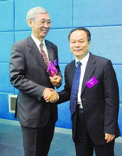 北大校长周其凤(右)向香港城市大学前校长赠送自己作词光碟