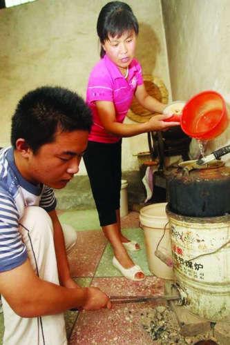 刘羽特别懂事,一到家就帮家人干活。