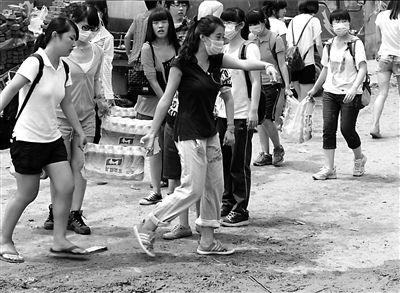 昨天,志愿者为青龙湖镇北车营村村民送去饮用水。新华社发