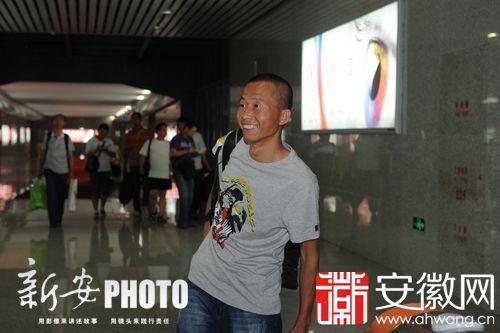 张茂武从出站口走出见到了父亲,脸上洋溢着笑容
