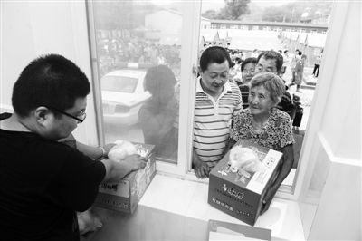 救灾物资由村委会发放。新京报记者 尹亚飞 摄