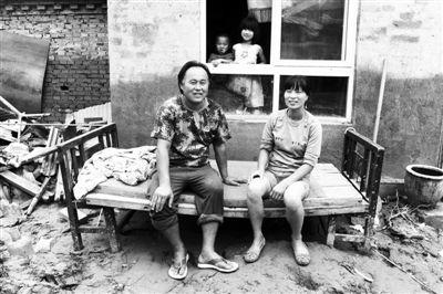 昨日,北车营村,赵露泼一家领到救灾物资,一家四口露出笑容