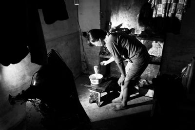 赵露泼的妻子用从土里挖出来的电磁炉煮方便面