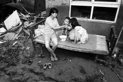 做好后,喂两个孩子吃。新京报记者尹亚飞摄