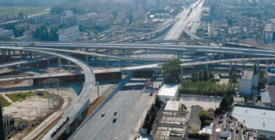 昨天,车辆在南二环下穿徽州大道通行。