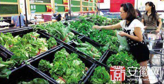 7月29日,合肥一家大型超市内,市民正在选购蔬菜。