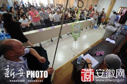 昨天下午,头部受伤的陈先生出现在业主大会上。