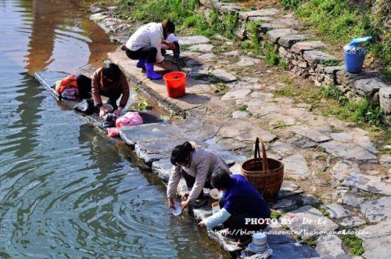 村子里的人在河边洗碗,洗衣服 婺源思溪延村 水墨徽州的陈年往事