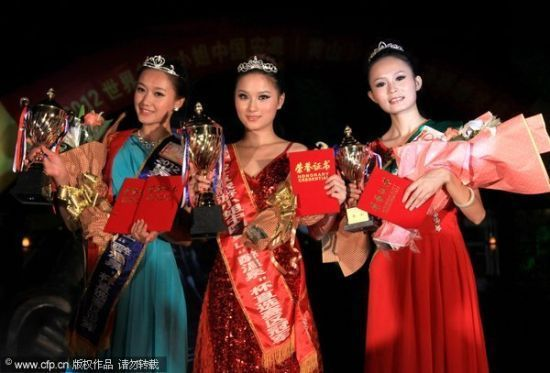 最终三甲的上妆照:冠军合肥选手潘丽(中)、亚军胡晓倩(左)、季军吴黛蕊