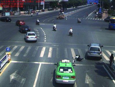 王安龙被拖行15米后摔倒在地