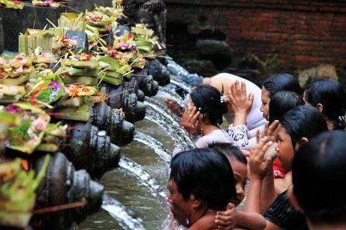 人们认为圣水可以带来健康与财富