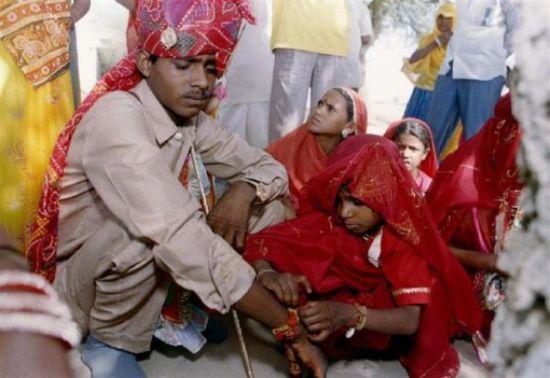 5岁的新娘艾末利在解开他的15岁的丈夫艾须克手腕上的绳结