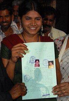 18岁的拉克西米 萨格拉手持解除婚姻的法律郑证明。