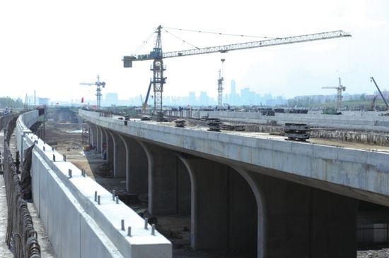 """工人们正在为建造""""防撞墙""""做准备。"""