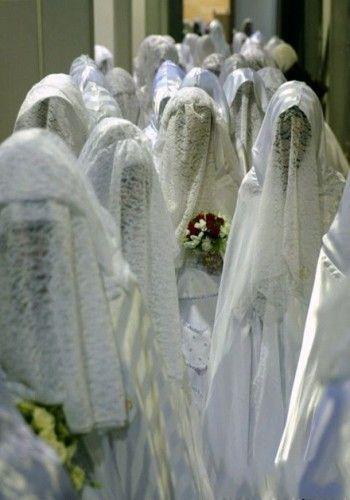 因为未婚男女不能接触,所以沙特的集体婚礼新娘们聚集在一处