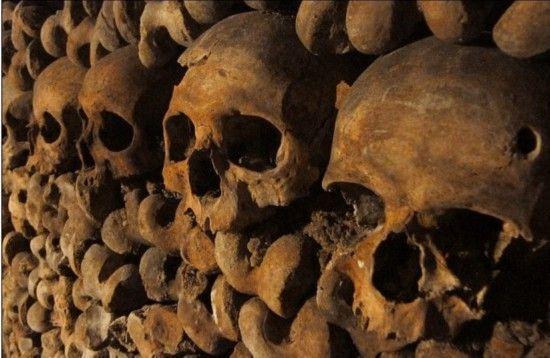 在这条长达300多公里的地下隧道中,堆放着600万具人类尸骨。