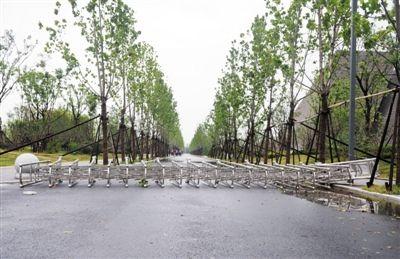 渡江战役纪念馆门前的移动拉门被狂风刮倒