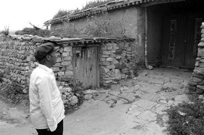 7月19日,靳李稳望着弟弟李宝德卖掉的房子叹息。