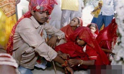 印度男人跟女儿童结婚