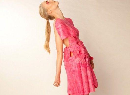 芳香的懸浮液(水果味的裙子)對于新西蘭設計師薩曼莎。默里來說,把水變成服裝不是僅僅的魯莽試驗,這也是一次重新思考服裝結構的經歷。目前在梅西大學的研究生的最后一年,創造了她的芳香懸浮液系列。將古典雕塑的形狀與粘性糖果的材質做成5件水果香味的雕塑形狀服裝。于我而言,這個系列最重要的是其中的過程:超越極限,創造以前不可能的事物,探索理念的潛力。