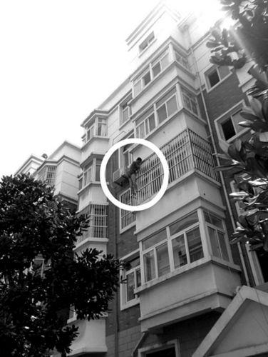 男子在防盗窗上趴了两个多小时。